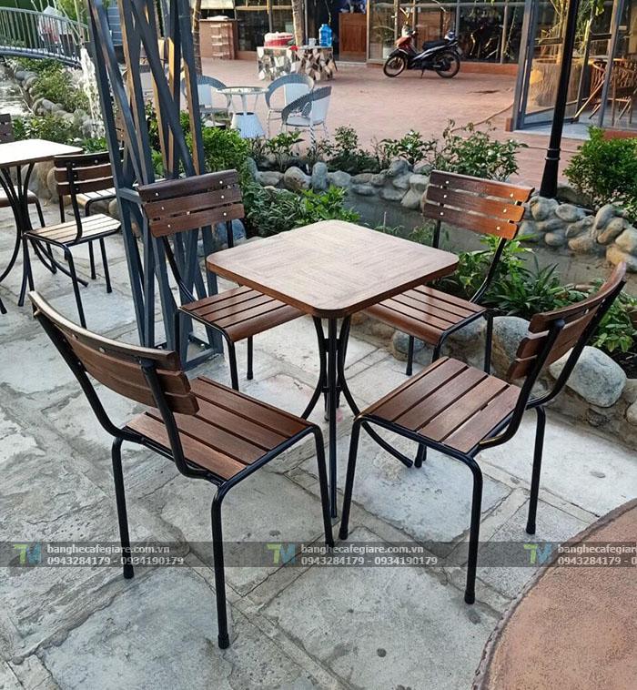 ban-ghe-cafe-san-vuon